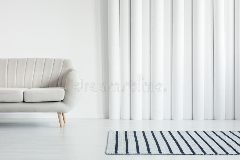 Vit vardagsrum med soffan arkivfoton