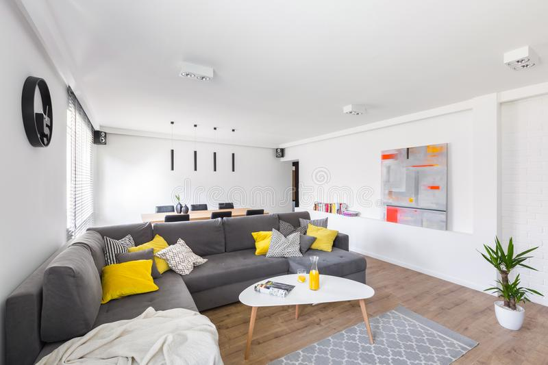 Vit vardagsrum med soffan royaltyfri bild