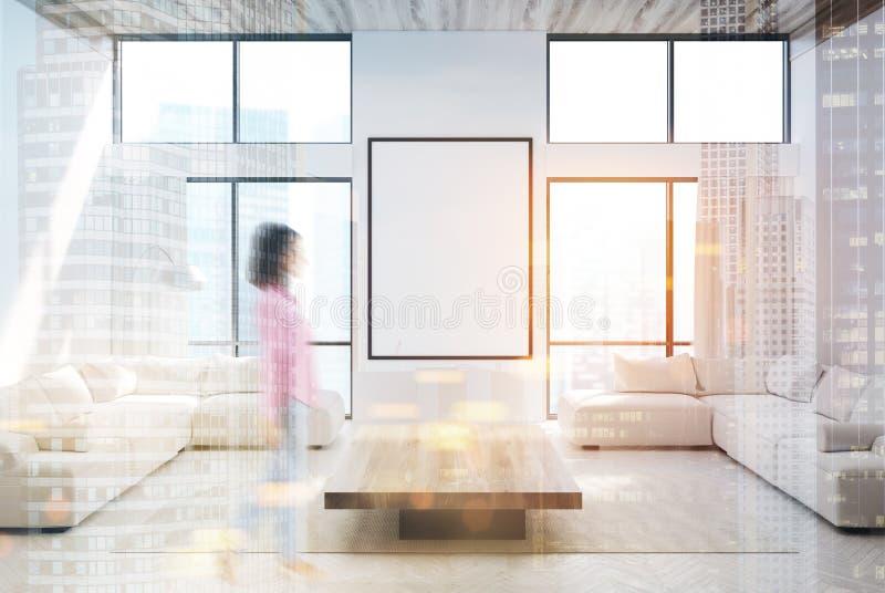 Vit vardagsrum, soffor och en tonad affisch arkivfoto