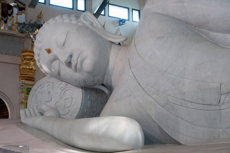 Vit vilaBuddha i Wat Pa Phu Kon som är nordöstra av Thailand arkivfoton