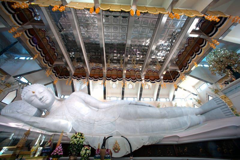 Vit vilaBuddha i Wat Pa Phu Kon som är nordöstra av Thailand arkivbilder