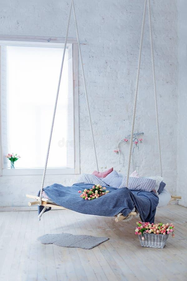 Vit vindinre i klassisk scandinavian stil Hängande säng inställd från taket arkivbild