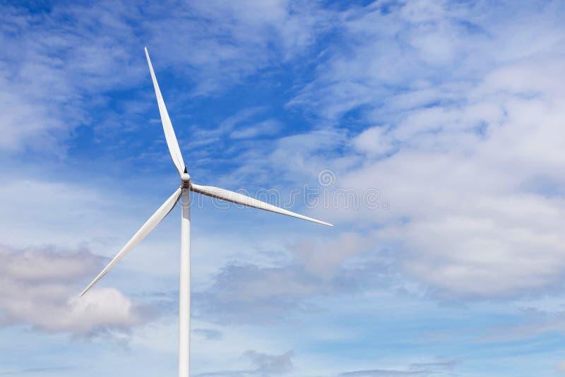 Vit vindturbin som frambringar alternativ förnybara energikällor för elektricitet från naturen i vindkraftstation royaltyfri fotografi