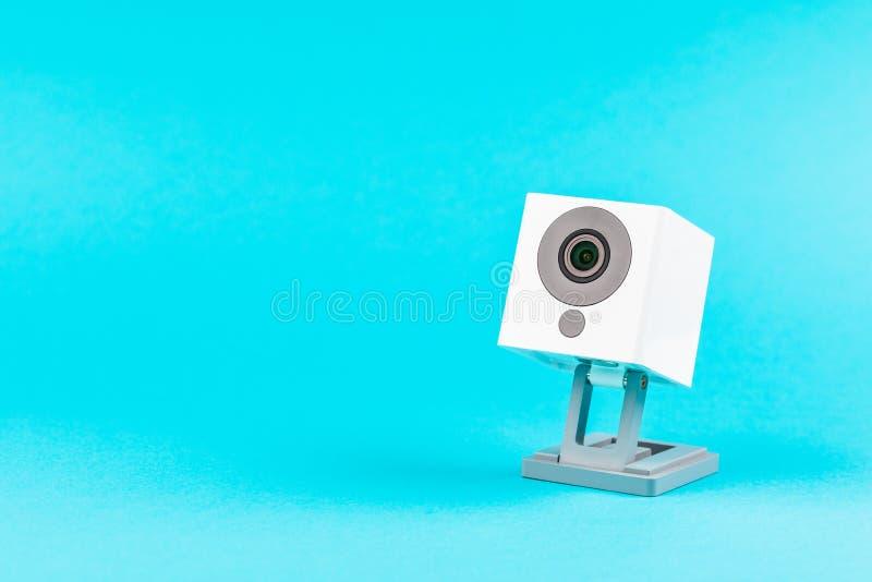 Vit webcam på blå bakgrund, objekt, internet, teknologi Co arkivbilder