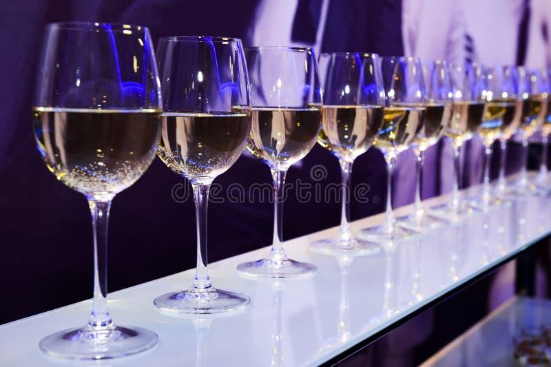 vit wine för exponeringsglas arkivbilder