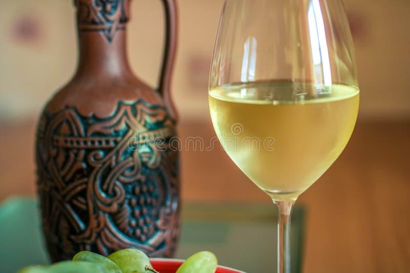 vit wine för flaskexponeringsglas Närbild royaltyfri foto