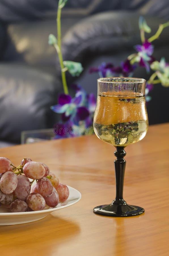 vit wine för glass druvor royaltyfria foton
