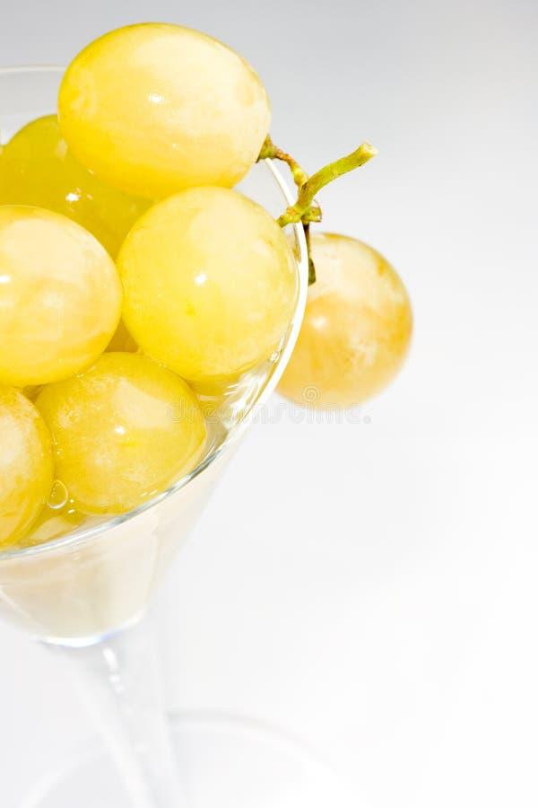 vit wine för glass druvor arkivfoto