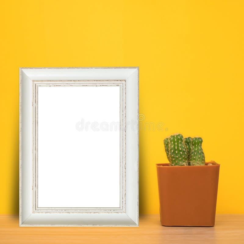 Vit wood ram med kaktuns i kruka på tabellen royaltyfria foton