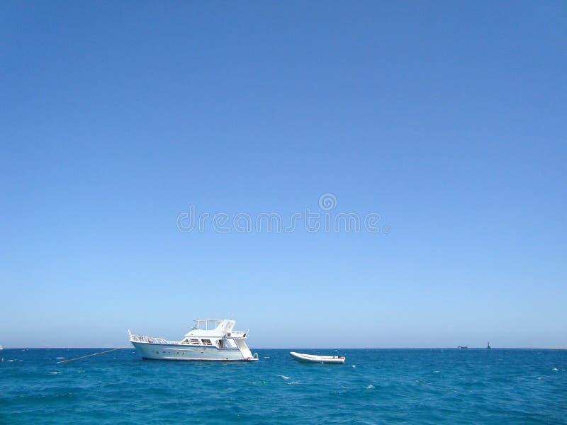 Vit yacht i det ?ppna havet arkivfoto