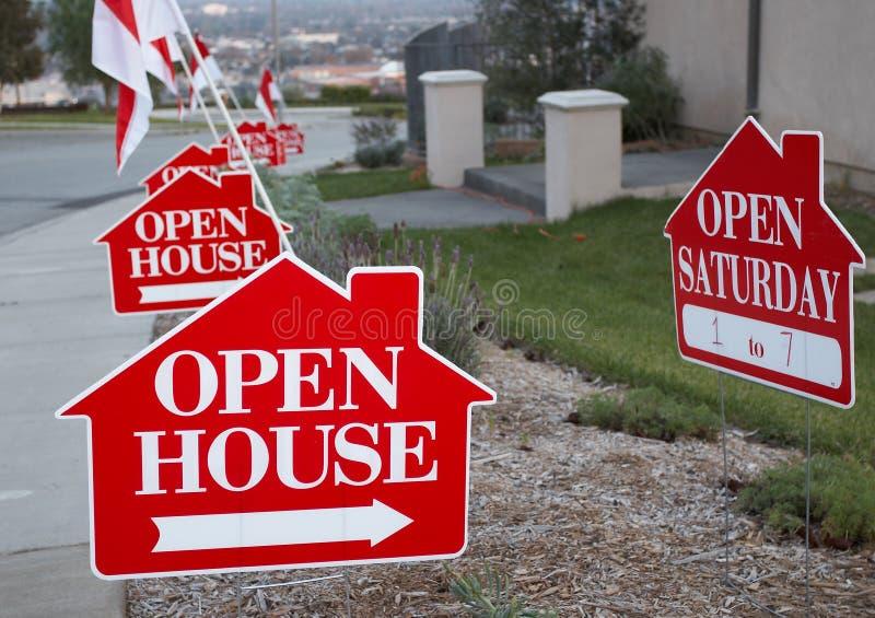 vita öppna röda tecken för hus arkivfoton