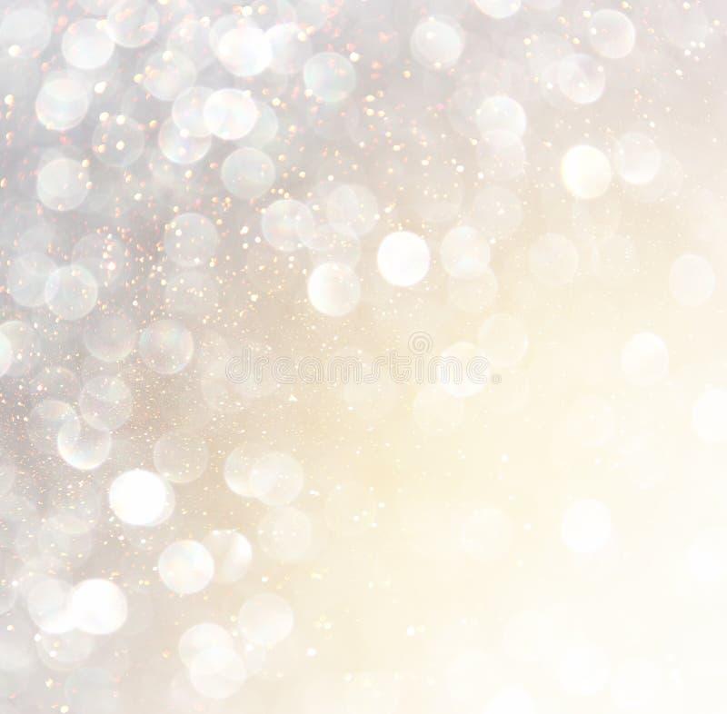 Vita abstrakta bokehljus för silver och för guld defocused bakgrund arkivbilder