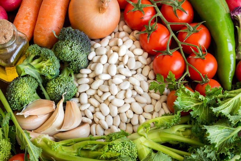 Vita bönor med grönsaker royaltyfria bilder