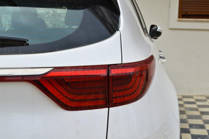 Vita bakre ljus för en SUV modellbil royaltyfria foton