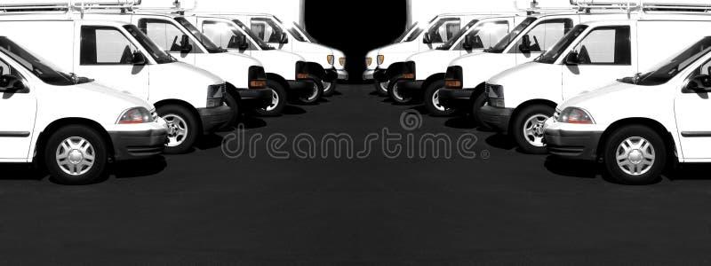 Vita bilar och skåpbilar i en rad parkeringspart royaltyfria bilder