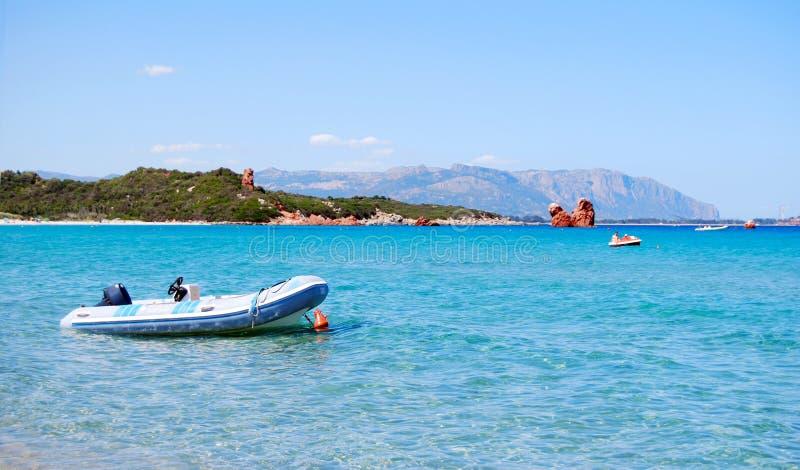 Vita blåtthav och berg för rubber fartyg utom fara i bacen arkivfoto