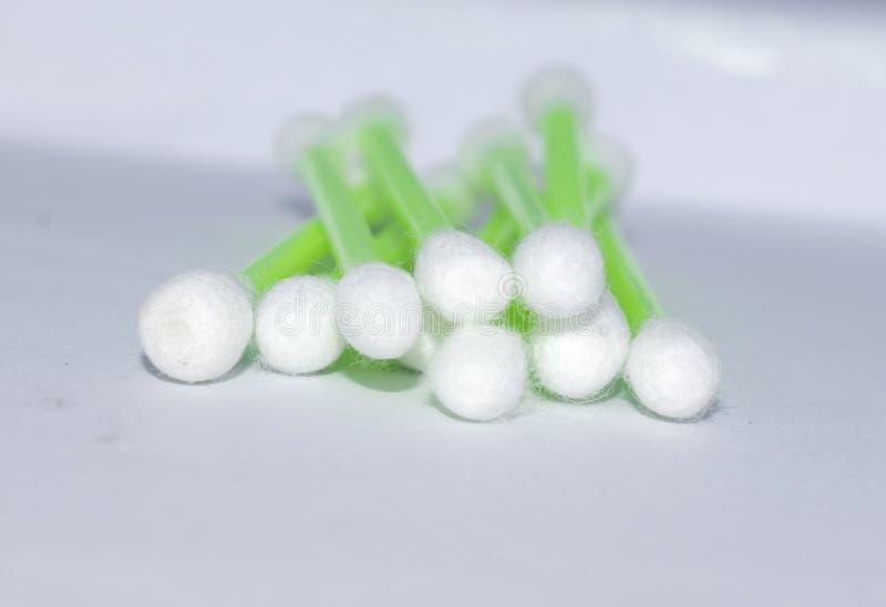 vita bomullsknoppar som isoleras på den vita bakgrundssjukvårdläkarundersökningen arkivbilder