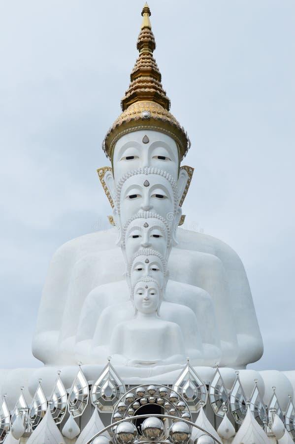 Vita buddha statyer som sitter i rad på den thai templet arkivbild