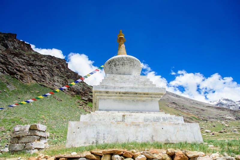 Vita buddistiska stupas Jammu & Kashmir, royaltyfri bild