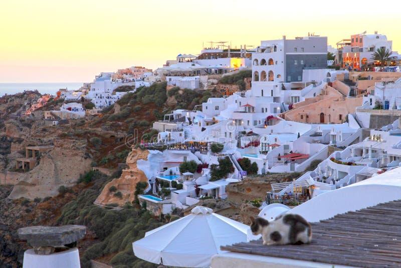 Vita byggnader på klipporna på Oia i Santorini arkivfoton