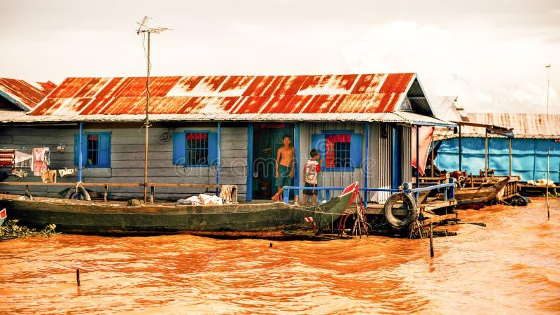 Vita cambogiana in un villaggio di galleggiamento sul lago sap di Tonle fotografie stock libere da diritti