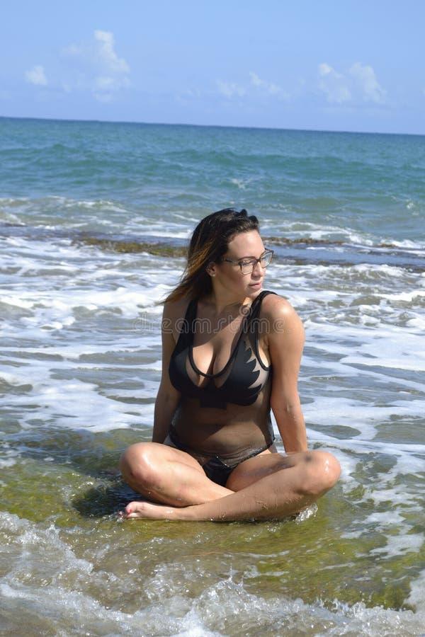 Vita casuale naturale dell'isola della donna della spiaggia dell'acqua fotografie stock