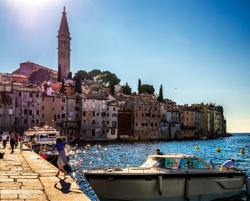 Vita di città sul lungomare di Rovigno La Croazia immagini stock libere da diritti