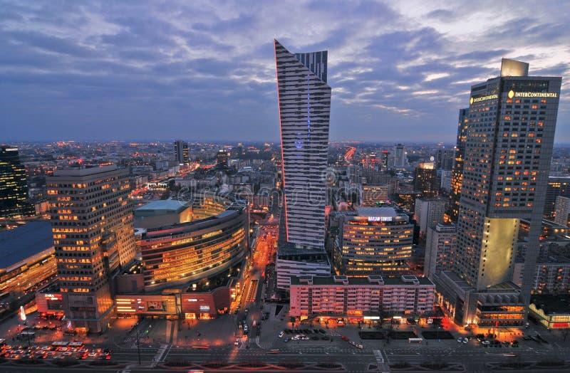 Vita di notte della città di Varsavia fotografie stock