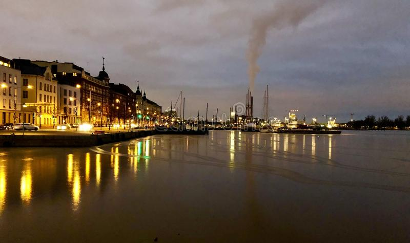 Vita di notte di Helsinki immagini stock
