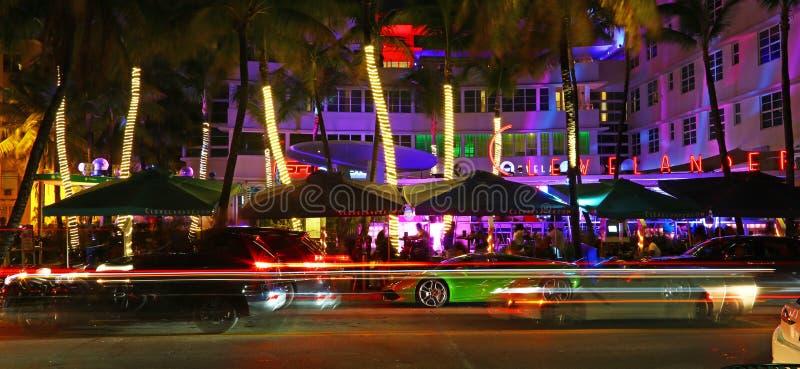 Vita di notte nell'azionamento dell'oceano, Miami Beach immagini stock libere da diritti