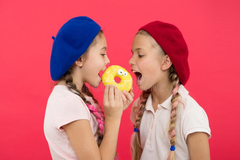 Vita dolce I dolci comperano ed il concetto del forno Fan dei bambini delle guarnizioni di gomma piuma al forno Ciambella dolce d fotografia stock libera da diritti