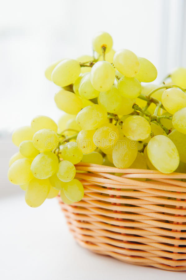 Vita druvor i korg arkivbild