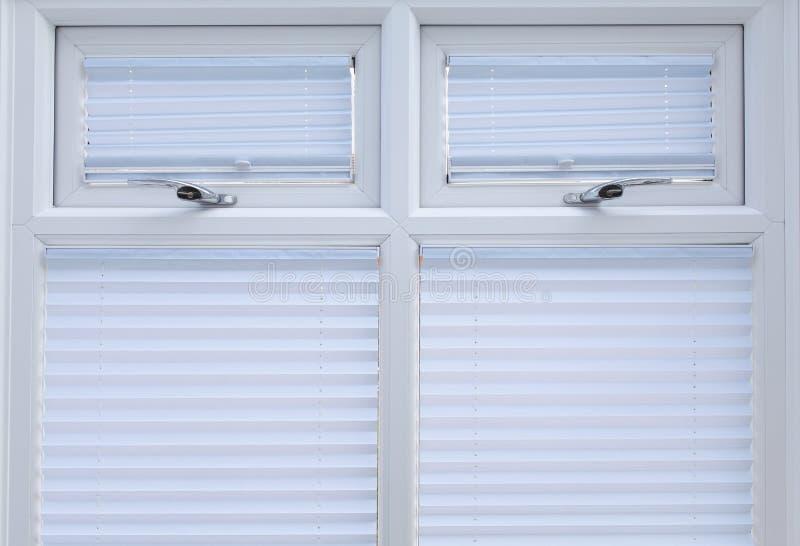 Vita dubbla glasade fönster   fotografering för bildbyråer