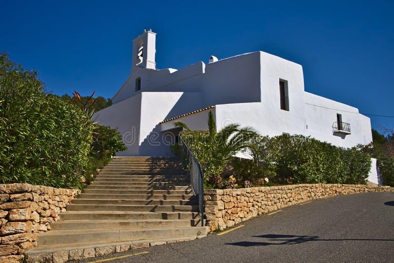 Vita f?stningkyrkor av Ibiza n?r du st?mm ?verens det greyed balearic gemet f?r omr?de som f?rgas, inkluderar ?ar planerar ut ter fotografering för bildbyråer