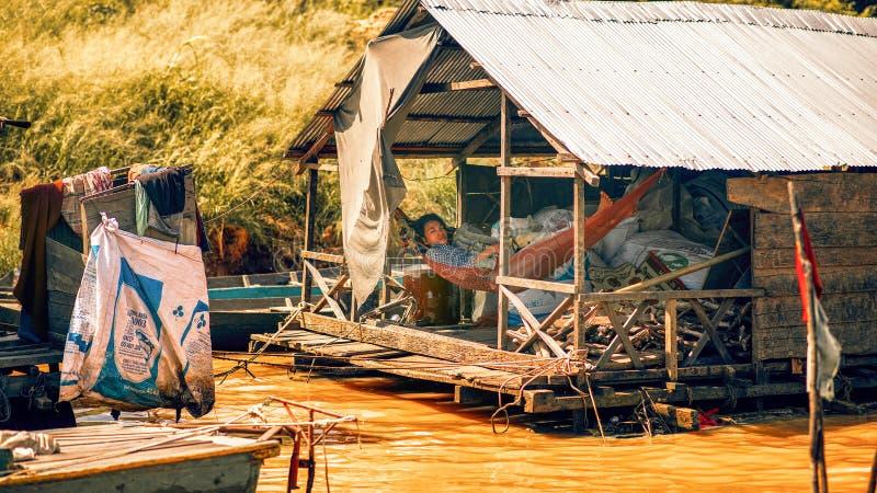Vita familiare in un villaggio flotating sul lago sap di Tonle fotografia stock libera da diritti