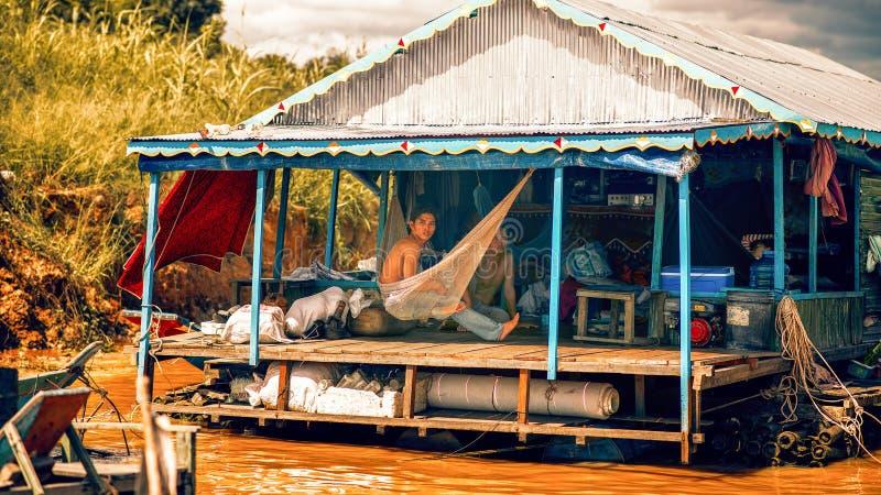 Vita familiare in un villaggio flotating sul lago sap di Tonle fotografie stock