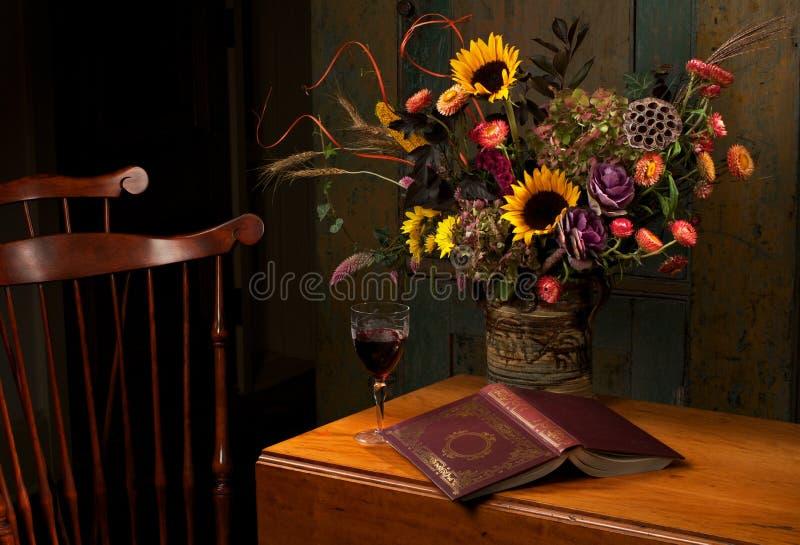 Vita floreale di autunno ancora nei colori ricchi fotografia stock