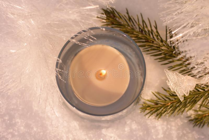 Vita glänsande garneringar med en stearinljus på julträdet fotografering för bildbyråer