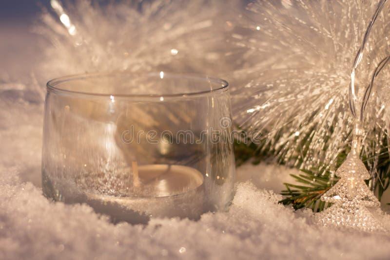 Vita glänsande garneringar med en stearinljus på julträdet royaltyfria foton
