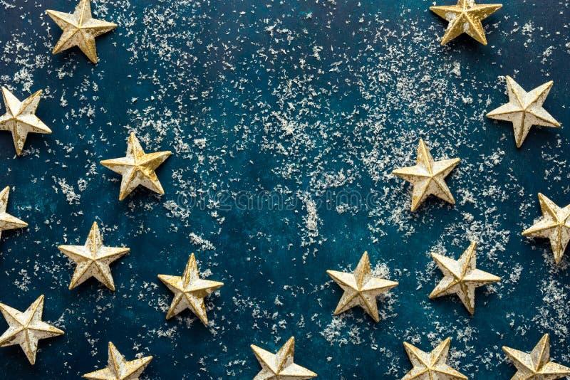 Vita guld- stjärnor på snöig mörkt - blå bakgrund Baner för affisch för kort för hälsning för nytt år för jul retro stiltappning arkivbilder