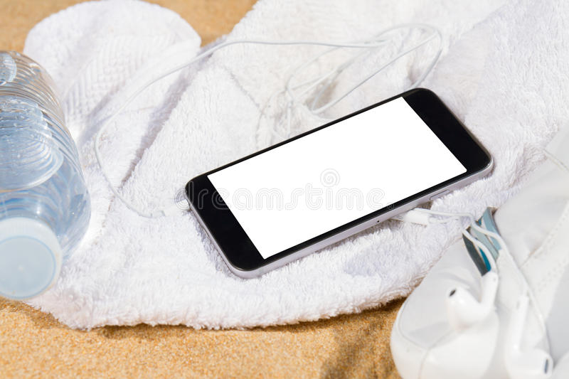 Vita gymnastikskor i sand arkivfoto