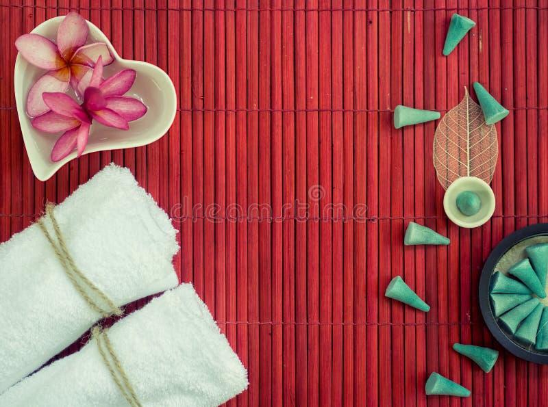 Vita handdukar, fliwers i hjärta formade platta- och aromkotten på beträffande royaltyfria bilder