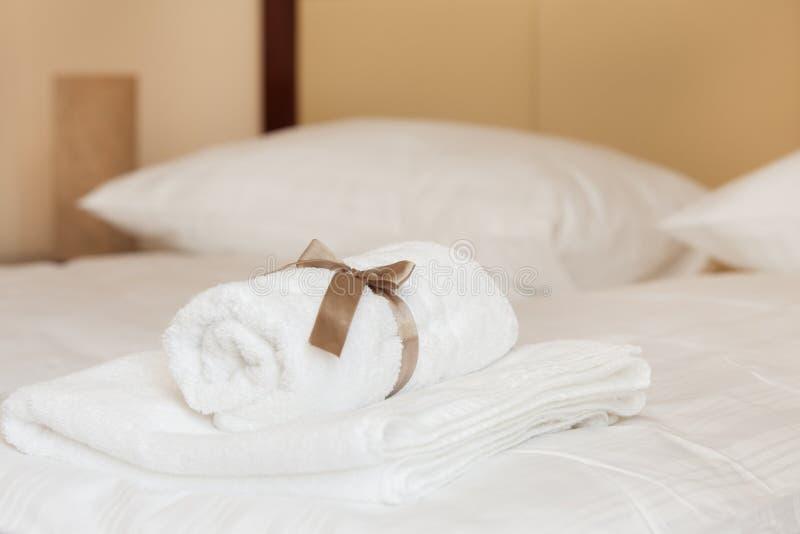 Vita handdukar med det bruna bandet arkivfoton