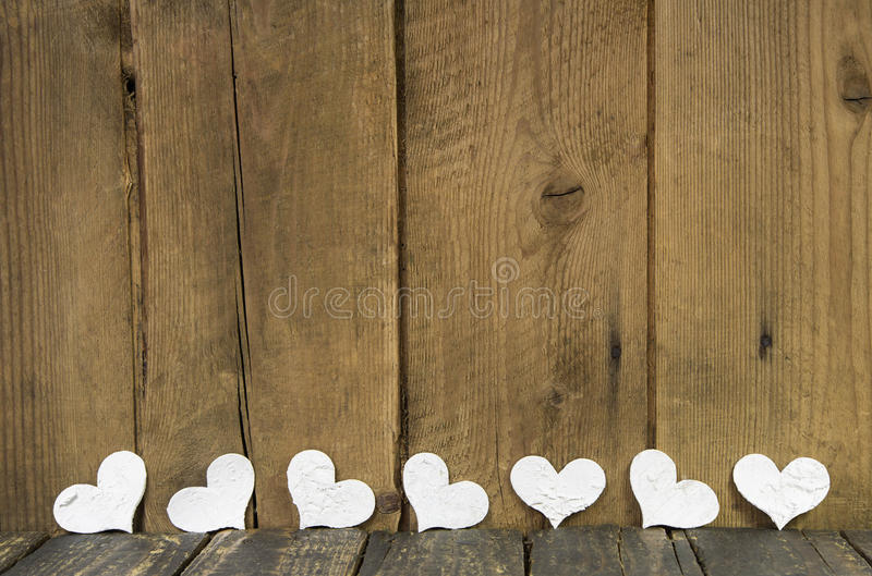 Vita hjärtor på en trägammal lantlig bakgrund. royaltyfri fotografi