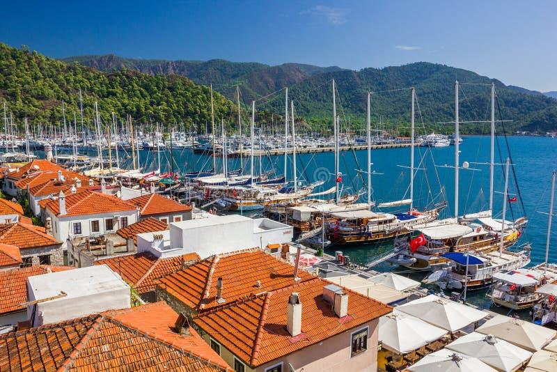 Vita hus för gammal stad och orange tak, marina med yachtprome fotografering för bildbyråer