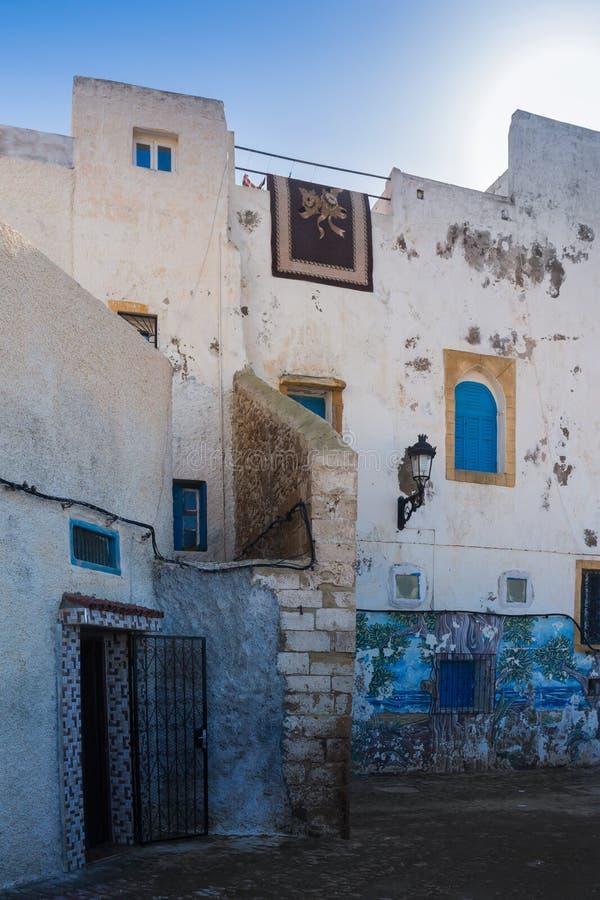 Vita vita hus för gata i Safi, Marocko royaltyfri fotografi