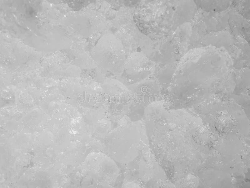 Vita iskuber som tillsammans sättas in, många iskuber, iskuber för att kyla blandat med en variation av drycker och drink för att arkivfoto