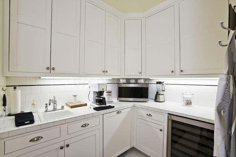 Vita kabinetter i köket arkivfoto