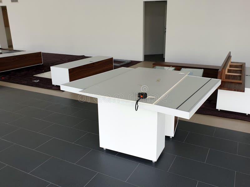 Vita kabinetter med trädörrar på golvet i visningslokalen M?blemangenhet royaltyfria foton