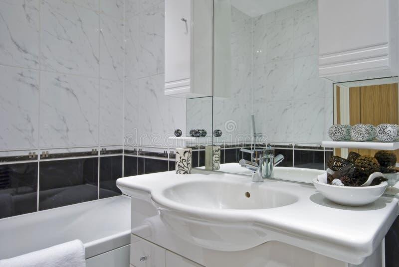 vita klassiska dekorativa element för badrum arkivfoton